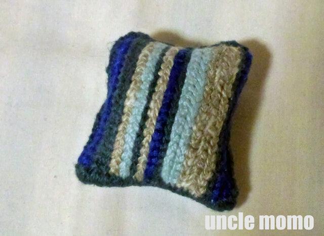 ドール用ツヴィスト刺繍のクッション Blue Grey 1/12ミニチュア・ファブリックの画像1枚目