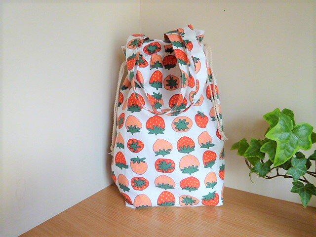 保温保冷シート付き巾着型エコバッグ(いちご・ストロベリー)の画像1枚目