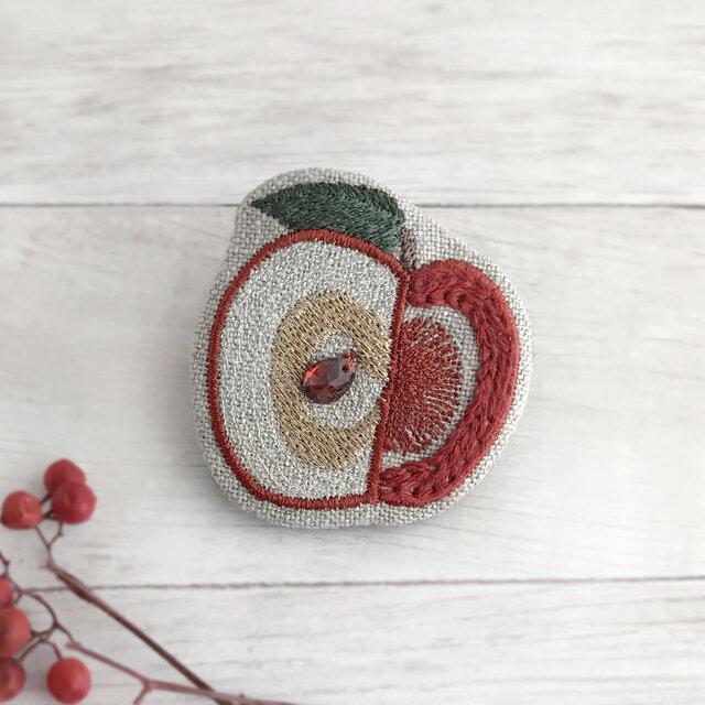 リンゴ刺繍ブローチ【受注制作】の画像1枚目