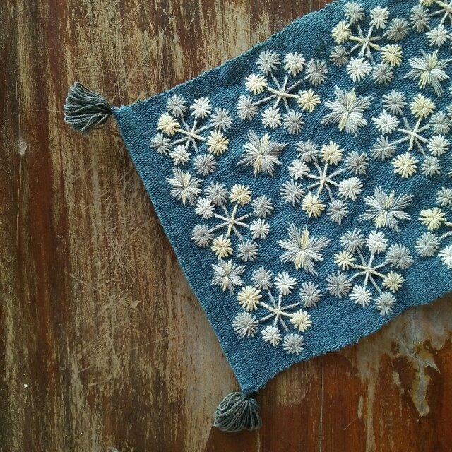 カレン族の手刺繍クロス / 1点もの / インテリア飾り / タイの草木染め & 手織り /藍グレー/ コットンの画像1枚目