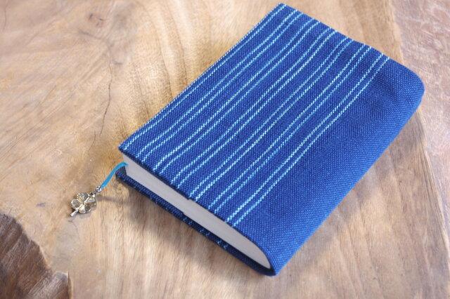 藍色手織り 文庫本サイズのブックカバー⑪ 栞+ラッキークローバーのチャーム付き (サイズ一定)の画像1枚目