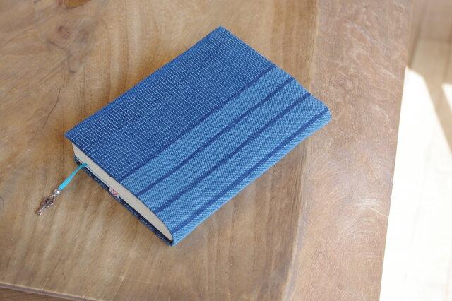 藍色手織り 文庫本サイズのブックカバー⑫ 栞+鍵のチャーム付き (サイズ調整できます)の画像1枚目