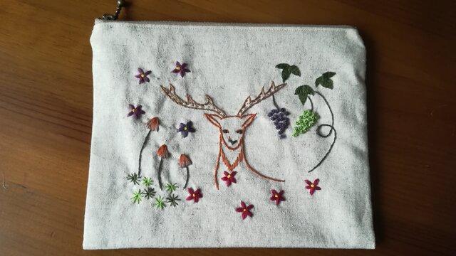 手刺繍☆リネンのポーチ☆鹿と葡萄の画像1枚目