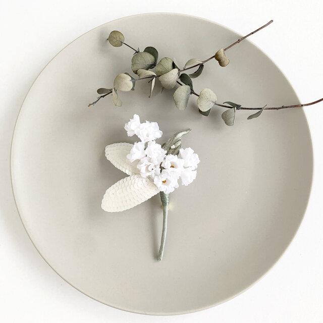 """corsage :  コサージュ"""" 白花×オートクチュール刺繍の葉 """"の画像1枚目"""
