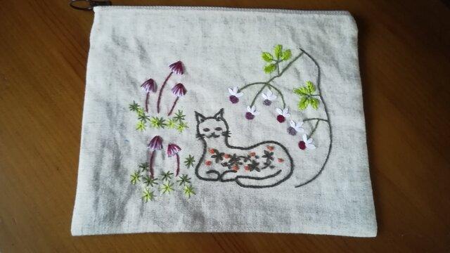 手刺繍☆リネンのポーチ☆猫とキノコの画像1枚目