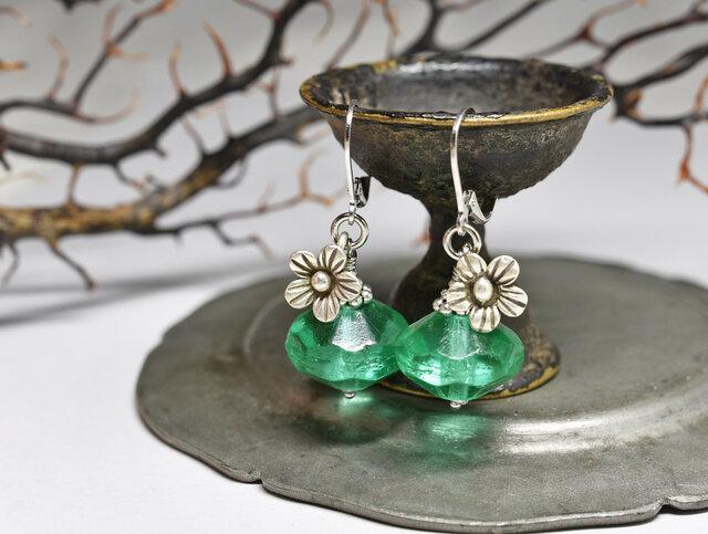アンティークウランガラスとお花カレンシルバーのピアスの画像1枚目