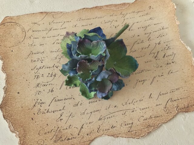 染め花の秋色紫陽花のコサージュ(グリーン&ブルー・パープル)の画像1枚目