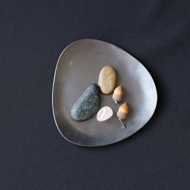Stone S  ふぞろいの黒染皿の画像1枚目