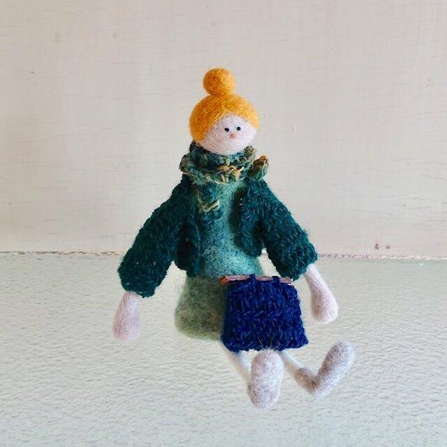 秋の装いの女の子(黄色い髪)の画像1枚目