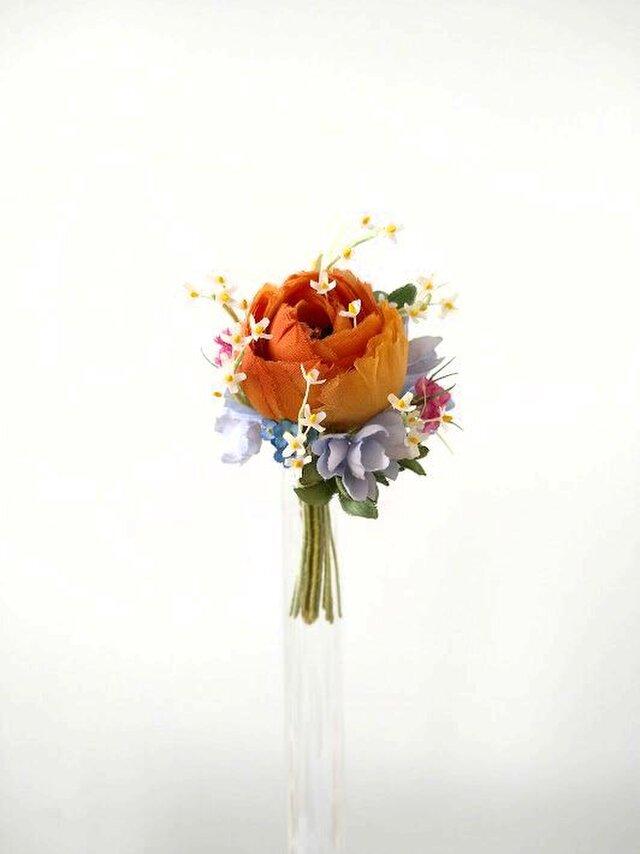 小花にまみれたラナンキュラス オレンジ色 * 薄絹製 * コサージュの画像1枚目