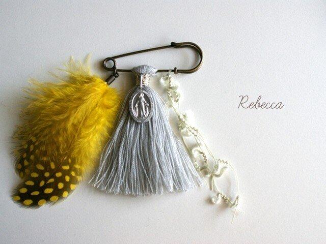 タッセルブローチ feather*yellow×grayの画像1枚目