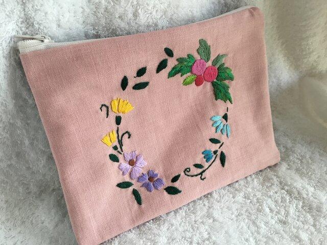 花刺繍のフラットポーチ~花と実りのリース・ピンク~の画像1枚目