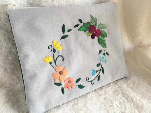 花刺繍のフラットポーチ~花と実りのリース・ブルーグレー~の画像1枚目