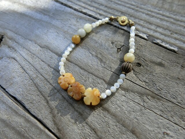 *石と貝のブレス @マザーオブパール+翡翠+真鍮の画像1枚目