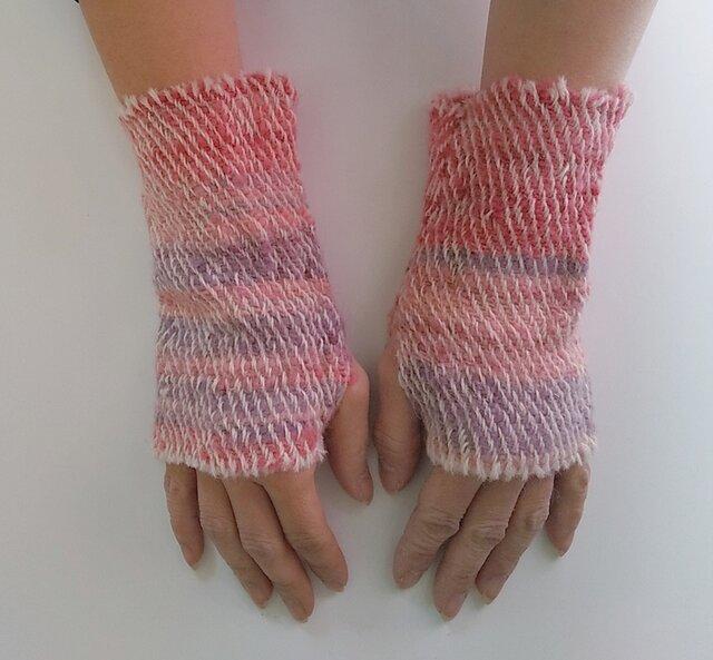 ふわっと暖かい手染め手紡ぎ糸を使った手織りハンドウォーマー  赤~ピンクの画像1枚目