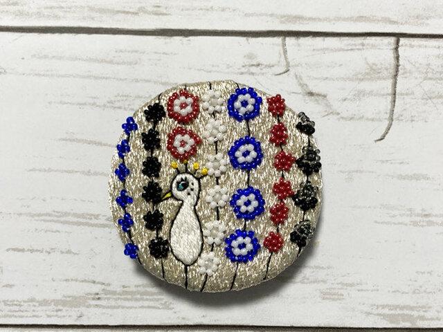 手刺繍オリジナルブローチ*銀色孔雀の画像1枚目