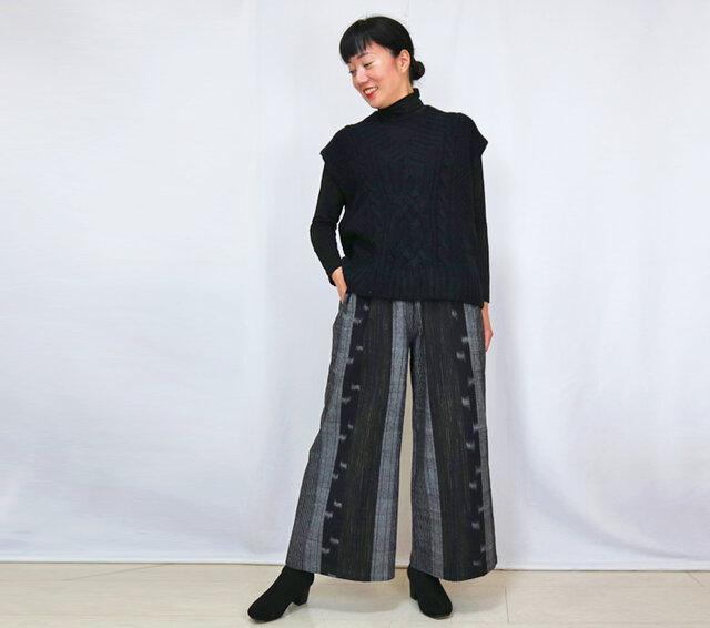 すっきり脚長シルエット、手織り綿絣のロングパンツ、ブラックXグレーの画像1枚目