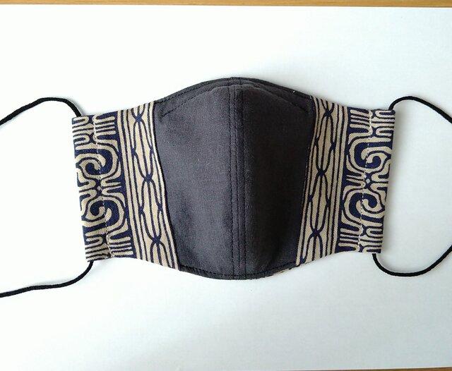 アイヌ文様の立体マスク(ベージュ系×チャコールグレー)の画像1枚目