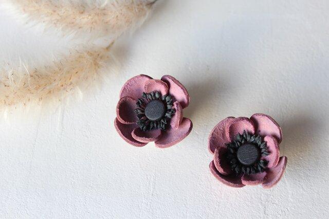 【鹿革の花かざり】アネモネのピアスまたはイヤリング(パープル)の画像1枚目