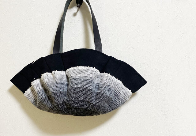 くるくる編み模様のモノトーンかばんの画像1枚目