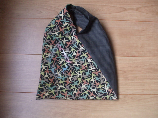 鶴がいっぱいのアンティーク着物から三角バック 絹の画像1枚目
