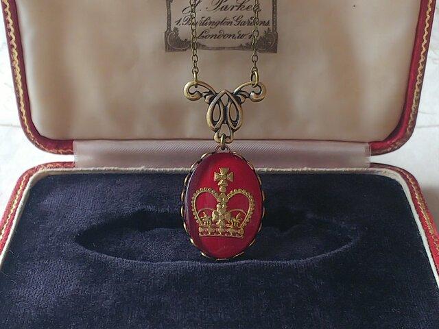 ヴィンテージ Burgundy-Crown(25×18㎜)真鍮古美クラシカルネックレスの画像1枚目