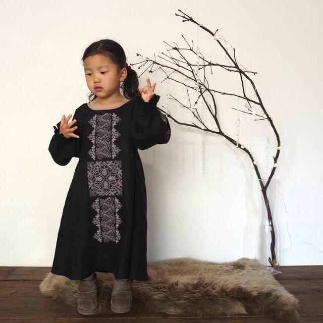 【ブラック】ソロチカ刺繍のリネンギャザーワンピースの画像1枚目