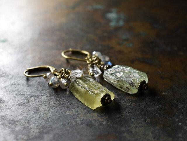 銀化ローマングラスとハーキマーダイヤモンド、ラブラドライトのピアスの画像1枚目