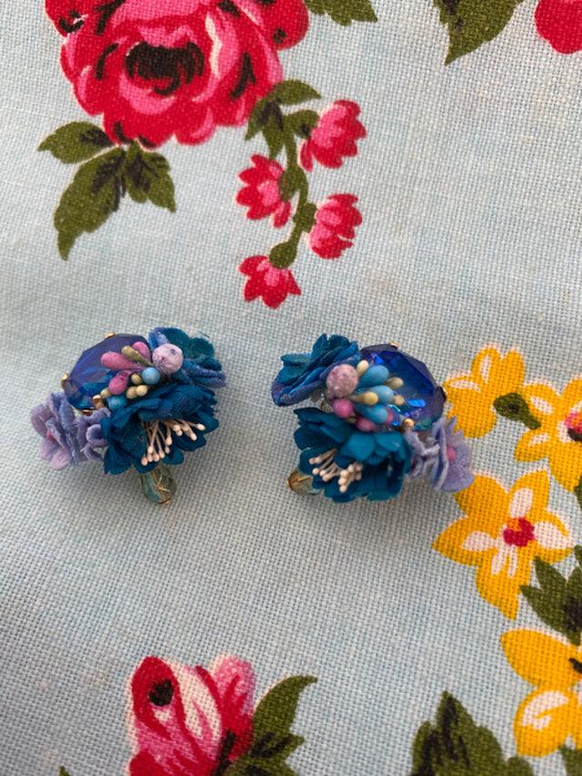 布花とビジューのイヤリング ブルーフラワーの画像1枚目