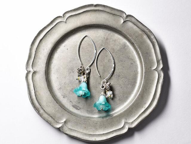 ウランガラスとカレンシルバーのお花とハーキマーダイヤモンドのフックピアスの画像1枚目
