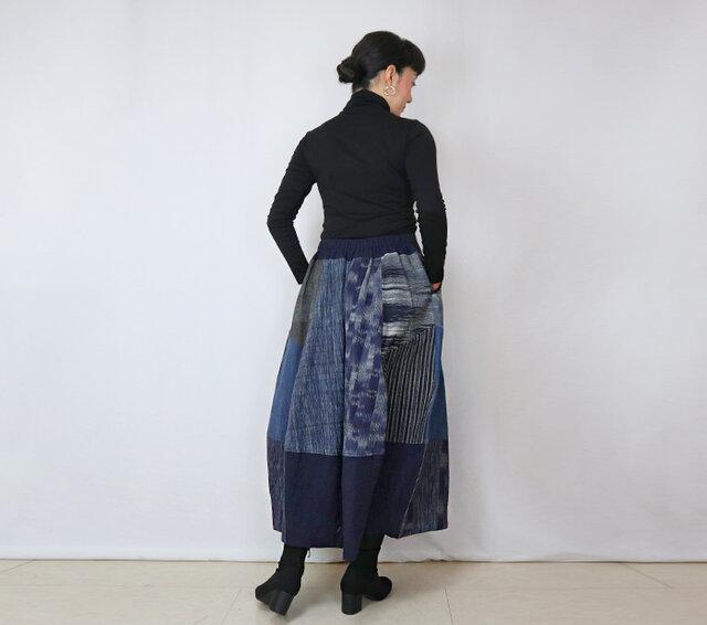手織り綿絣、後ろ姿も可愛いパッチワークロングスカート、インディゴミックス、オールシーズンの画像1枚目