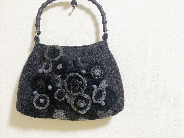 手編みパッチワークの竹炭風持ち手かばんの画像1枚目