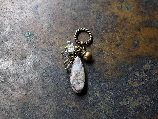 雫型コッパーオパールとラブラドライト、ハーキマーダイヤモンドと民族鈴のペンダントトップの画像1枚目