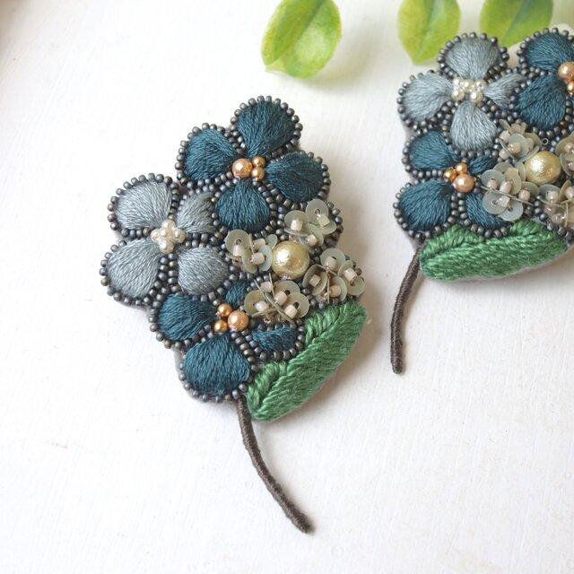 ぷっくりした小さなお花の集合体、オートクチュール刺繍のブローチ『アデル』の画像1枚目
