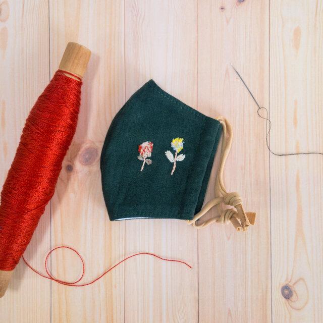 【一点物】手織り布と刺繍のポイント付き立体マスク(ひもほうじ茶染め)・カーキ/オレンジ&イエローフラワー【ギフトにもおすすめ】の画像1枚目