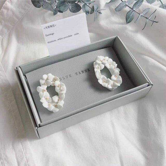 白磁 天草陶花の耳飾り オーバルリースの画像1枚目