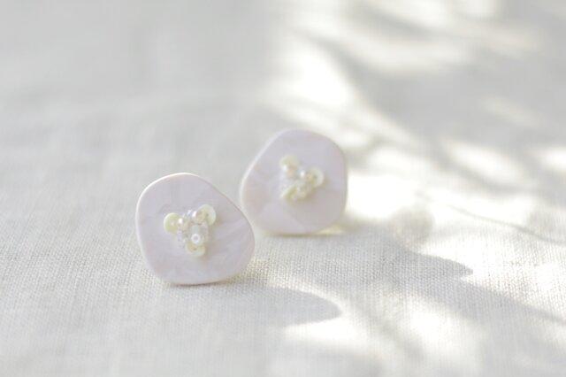 キラリと輝く原石のような カケラピアス ピュアホワイト 【ポリマークレイと刺繍を融合させたアクセサリー】の画像1枚目