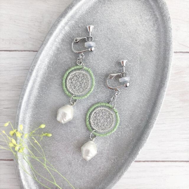 オーガンジー刺繍イヤリング/ 樹脂ピアス(イエローグリーン)【受注制作】の画像1枚目