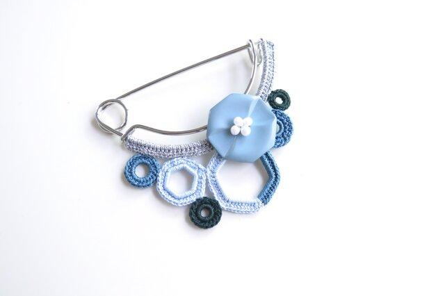 八角フラワー&モチーフつなぎのピンブローチ(ブルー)の画像1枚目