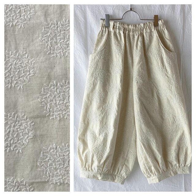 刺繍たっぷり生地のバルーンパンツ:80cm(生成地×刺繍:白)の画像1枚目