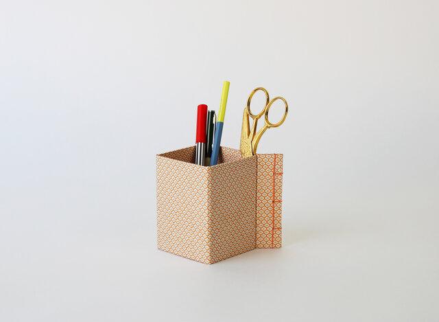 トジハコ(7×7×10):和綴 収納箱 ペンたて 文具収納 小物入れ デスク収納 友禅紙 持ち運び 和雑貨 ステーショナリー の画像1枚目