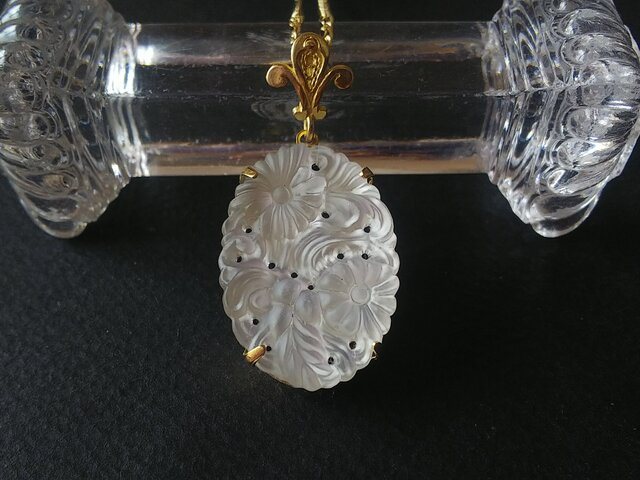 ヴィンテージ Frost-Satin / floral design(30×22㎜)②ネックレスの画像1枚目