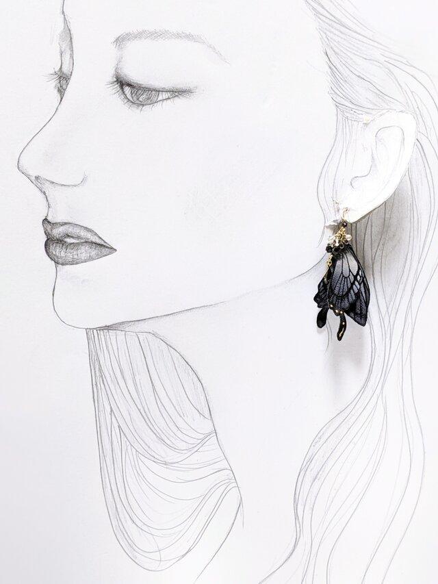 【新作タイプ】羽を休めている蝶のピアスの画像1枚目