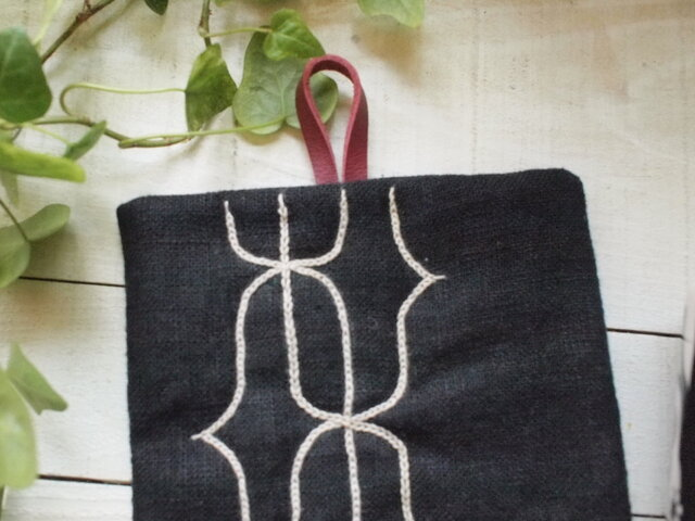 アイヌ刺繍の鍋つかみ リネンにクルミ染め糸の画像1枚目