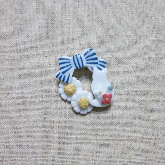 カモミールりぼん 白ねこブローチの画像1枚目