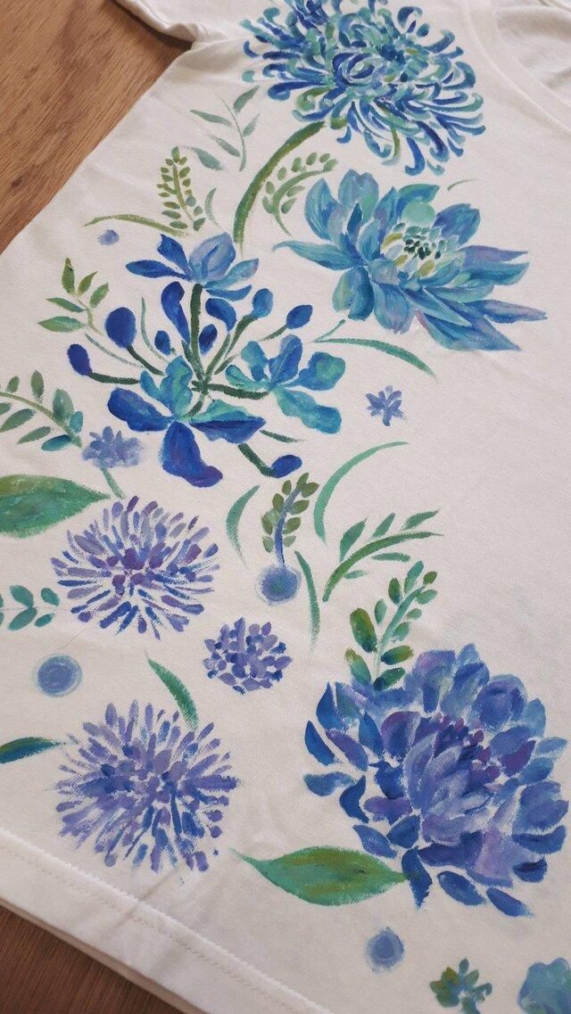 碧かさなる青の花 Tシャツ 手描きの画像1枚目