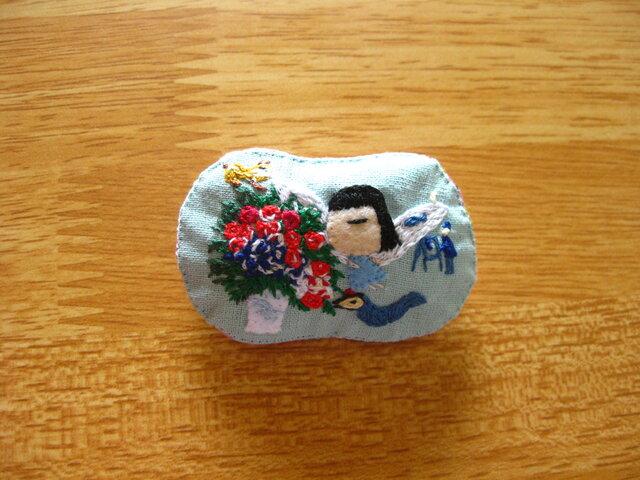 青い天使の女の子<布ブローチ(刺繍ブローチ)>の画像1枚目