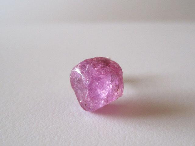 ピンクサファイアの原石ピアス/Madagascar 14kgf 片耳の画像1枚目