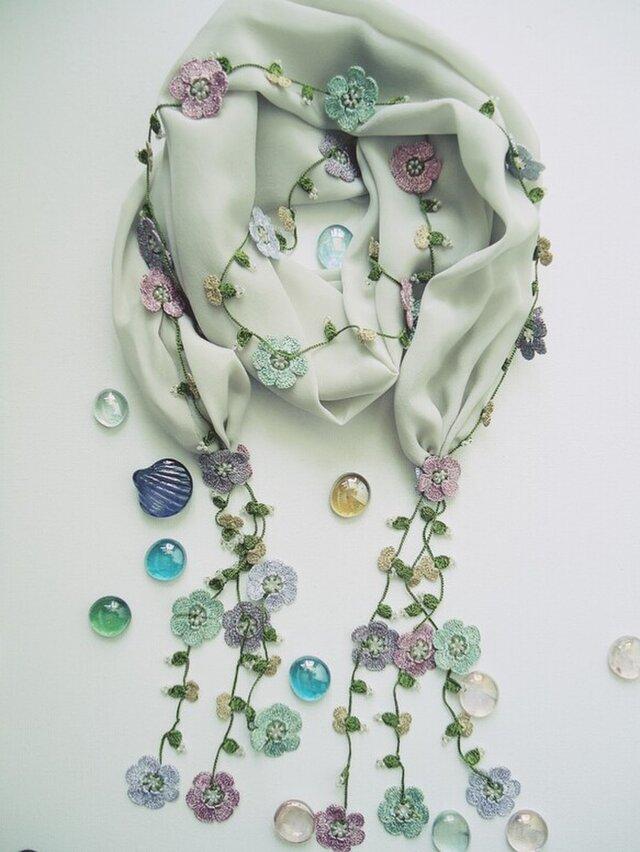 刺繍のお花つき シルクスカーフのロングラリエット クリームの画像1枚目