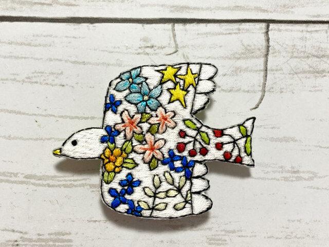 手刺繍オリジナルブローチ*花鳥(白)の画像1枚目